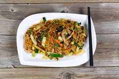 Poulet avec le plat de nouilles de riz tout préparé photo libre de droits