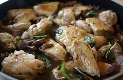 Poulet avec les champignons de couche et le basilic photos stock