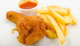Poulet avec les fritures et la sauce Image stock