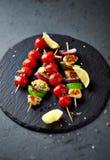 Poulet, avocat, courgette et Cherry Tomato Skewers grillés photo libre de droits