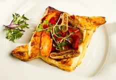 Poulet bouilli et frit sur la pâte feuilletée d'or Photo libre de droits