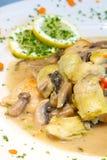 Poulet crémeux avec des artichauts et des champignons de couche photographie stock libre de droits