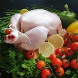 Poulet cru avec des légumes photo stock
