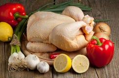 Poulet cru avec des légumes photo libre de droits