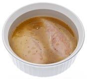 Poulet cru en marinade aromatisée par poivre de citron photographie stock