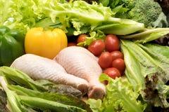 Poulet cru frais et différents genres de légumes Images stock