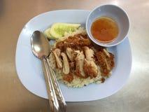 Poulet cuit à la vapeur avec du riz frit et le concombre avec une tasse de fourchette douce de sauce et de cuillère dans le plat  images libres de droits