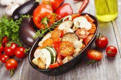 Poulet cuit au four avec des légumes Image libre de droits