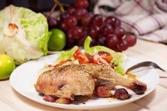 Poulet cuit au four avec des raisins Photographie stock