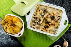 Poulet cuit au four avec les champignons et la crème Image libre de droits