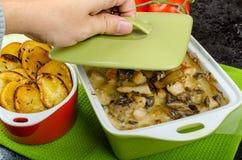 Poulet cuit au four avec les champignons et la crème Photos stock