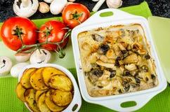 Poulet cuit au four avec les champignons et la crème photo libre de droits