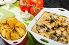 Poulet cuit au four avec les champignons et la crème Photographie stock libre de droits