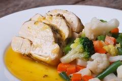 Poulet découpé en tranches avec des légumes en plan rapproché orange de sauce Photos libres de droits