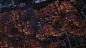 Poulet de barbecue des ailes du ` s de poulet sont rôties sur le gril Mouvement lent banque de vidéos
