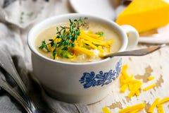 Poulet de cheddar de brocoli et soupe à boulette photos stock