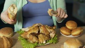Poulet de consommation et pain femelles obèses, nutrition malsaine, problème de manger avec excès clips vidéos