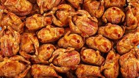 Poulet de gril tombant, poulet frit Longueur de l'isolat 4k de mouvement lent banque de vidéos