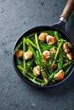 Poulet de la graine de sésame avec l'asperge et le Sugar Snap Peas verts image libre de droits