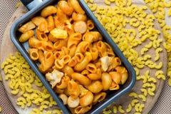 Poulet de macaronis avec la sauce tomate dans la casserole Photographie stock libre de droits