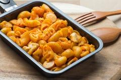 Poulet de macaronis avec la sauce tomate dans la casserole Images libres de droits