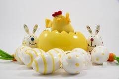 Poulet de Pâques, oeufs et lapins jaunes 2ème Image stock
