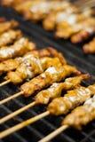 Poulet de Satay sur le gril. Photo stock