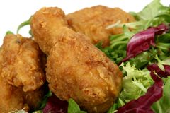 Poulet de source cuit à la friteuse dans la pâte lisse d'or de citron avec de la salade Image stock