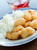 Poulet doux et aigre avec de la sauce à plongement. Photo stock