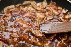 Poulet doux et aigre frit sur la casserole avec le champignon Photo stock