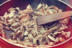 Poulet doux et aigre frit sur la casserole avec le champignon Image stock