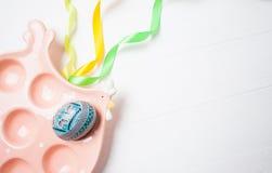 Poulet en céramique avec les bandes colorées et l'oeuf peint sur le fond blanc Concept de célébration de Pâques Photographie stock libre de droits