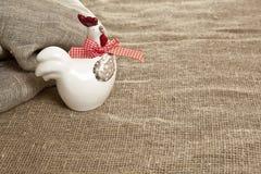 Poulet en céramique de Pâques sur le fond de textile Photographie stock