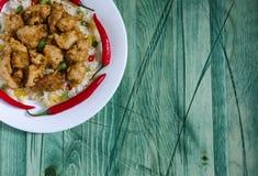 Poulet en sauce aigre-doux et riz avec des légumes sur un fond blanc de vert de plat photo libre de droits