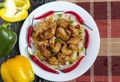 Poulet en sauce aigre-doux et riz avec des légumes sur une cuisine chinoise de plan rapproché blanc de plat photographie stock libre de droits