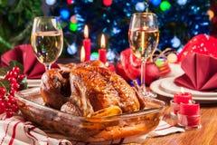 Poulet entier cuit au four ou rôti sur la table de Noël image libre de droits
