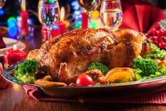 Poulet entier cuit au four ou rôti sur la table de Noël photo libre de droits