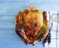 Poulet entier frit préparé, fond en bois d'ail gastronome rustique images stock