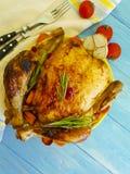 Poulet entier frit préparé, fond en bois d'ail gastronome rustique fait maison image libre de droits