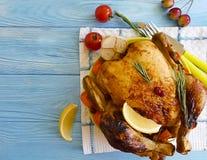 Poulet entier frit préparé, fond en bois gastronome photo stock