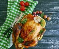 Poulet entier frit préparé, fond en bois grillé fait maison d'ail gastronome rustique photographie stock libre de droits