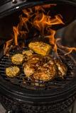 Poulet entier grillé avec du maïs sur le gril flamboyant chaud Barbecue Restaurant photographie stock