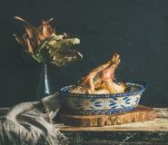 Poulet entier rôti pour la table de Noël, fond noir de mur photographie stock
