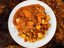 Poulet espagnol Tapas With Roast Potatoes de Bravas de style Photo stock
