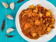Poulet espagnol Tapas With Roast Potatoes de Bravas de style Image stock