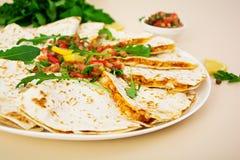Poulet et maïs de Quesadilla avec le Salsa Images libres de droits