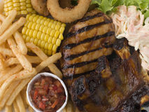 Poulet et nervures de barbecue avec des fritures Slaw Image libre de droits