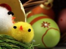Poulet et oeufs de Pâques dans le nid Photos stock