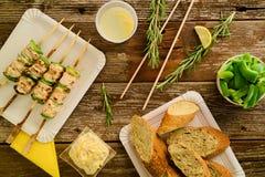 Poulet et poivrons grillés sur une brochette dans l'arrangement de pique-nique Photographie stock libre de droits