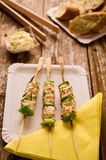 Poulet et poivrons grillés sur une brochette dans l'arrangement de pique-nique Images stock